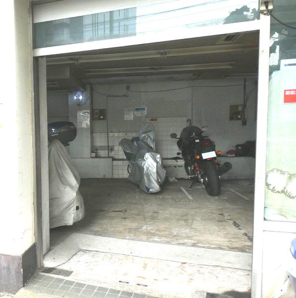 ビルの1階をバイクの駐車場として利用・その2